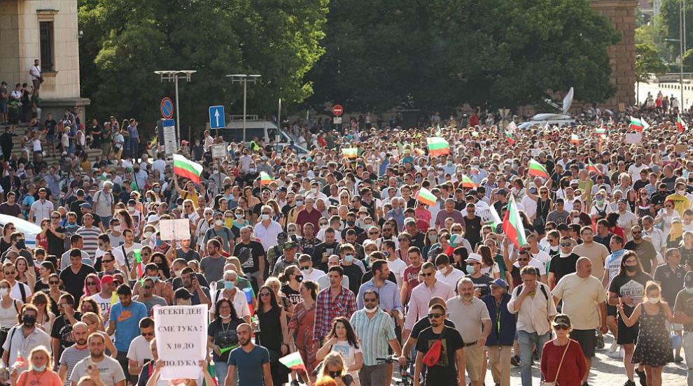 Поредна вечер на протести в центъра на София (СНИМКИ)