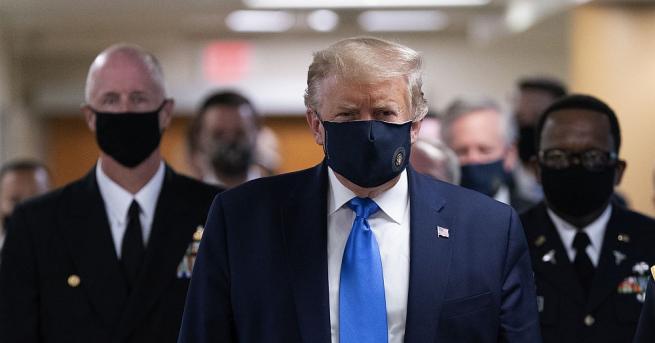 Президентът на САЩ Доналд Тръмп сложи маска по време на