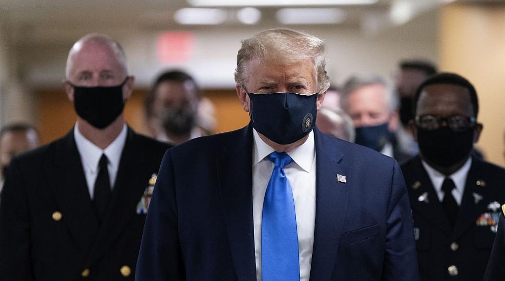 Тръмп се появи с маска на публично място за пръв път...