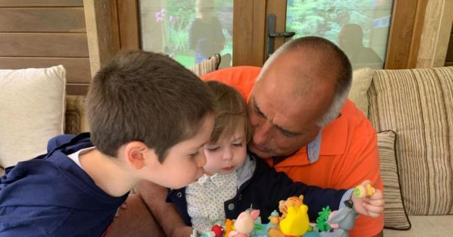 Премиерът Бойко Борисов честити рождения ден на своя внук Иванв