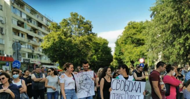 Антиправителственият протест тази вечер в Стара Загора прерасна в шествие,