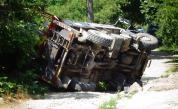 <p>Камион на ЧЕЗ се обърна край Кочериново, работник пострада</p>