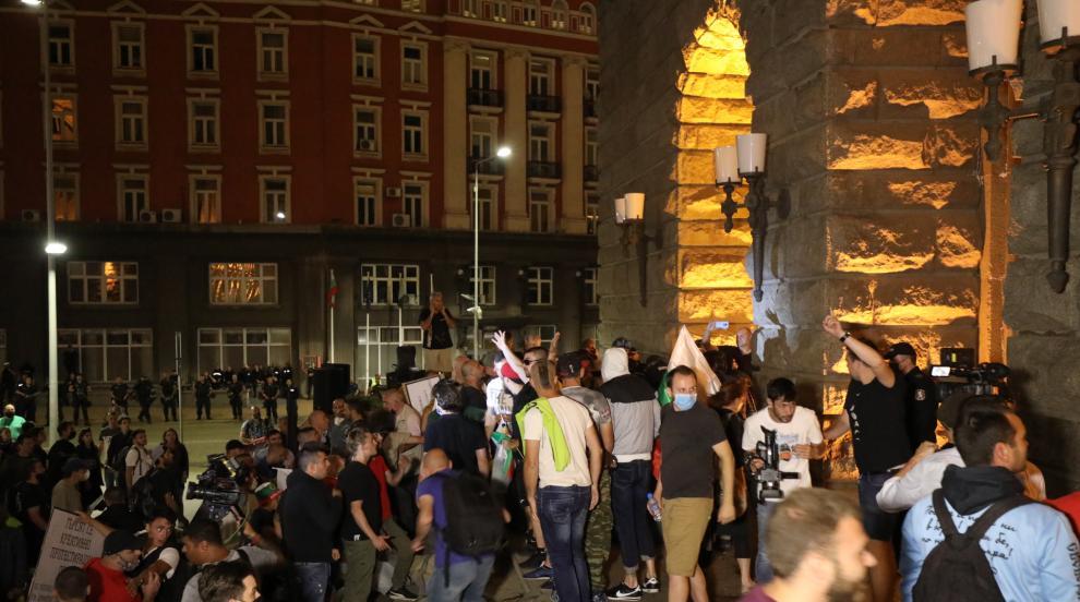 Напрежението ескалира, протестиращи щурмуваха...