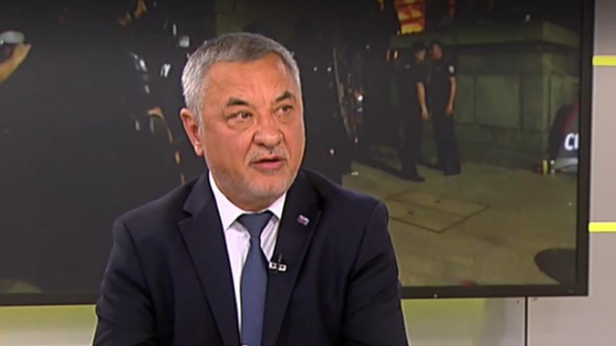 Симеонов: Божков и Радев дирижират провокациите на протестите