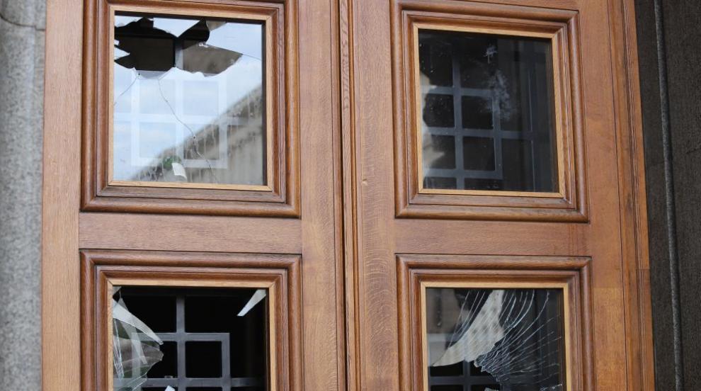 Със счупени стъкла и боя по фасадата осъмна сградата...