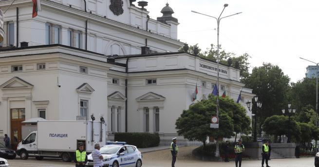 """България В парламента: """"Или го свалете от трибуната, или ще"""