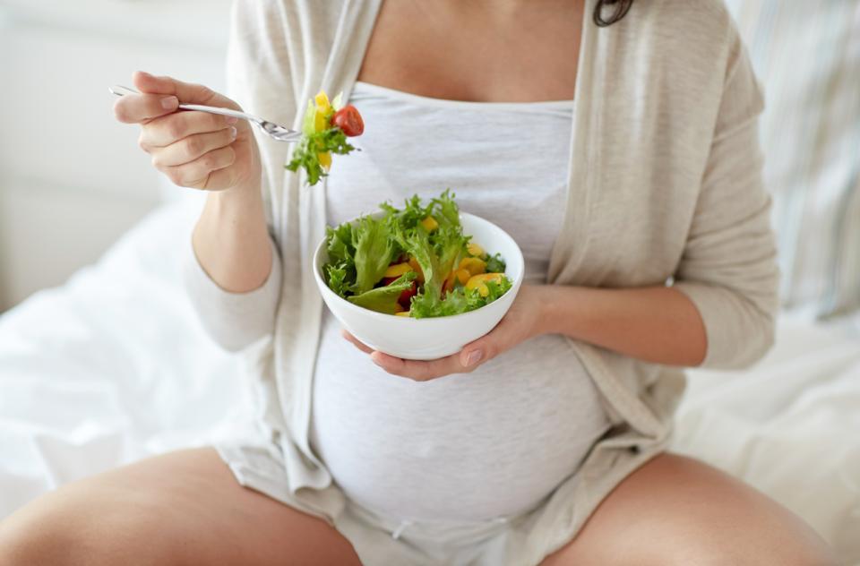 бременна жена бременност храна здравословно салата