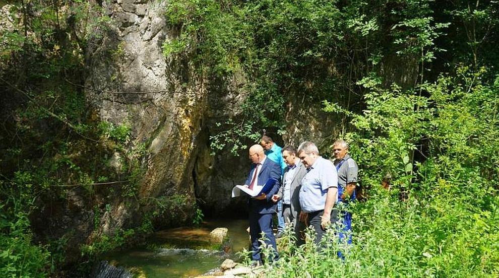 Емил Димитров: Търсим трайно решение за водата на...