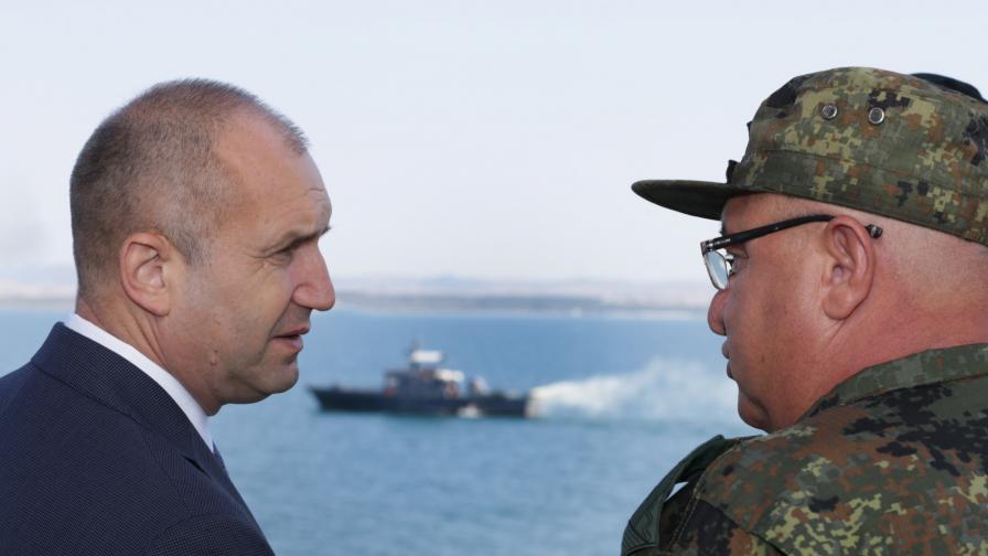 """Посрещнаха Румен Радев с """"оставка"""" в Бургас, други викаха срещу правителството"""