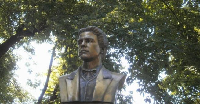 Силистренци се поклониха пред паметника на Апостола в града за