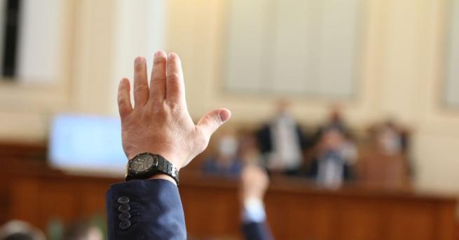 С наличие на кворум, председателят Цвета Караянчева откри заседанието на
