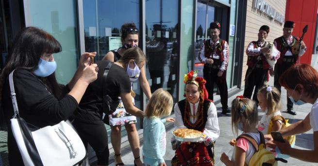 180 туристи пристигнаха на бургаското летище с първия чартърен полет