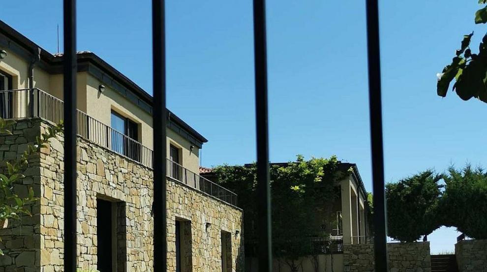 Премахват огради и постройки от морската къща на...