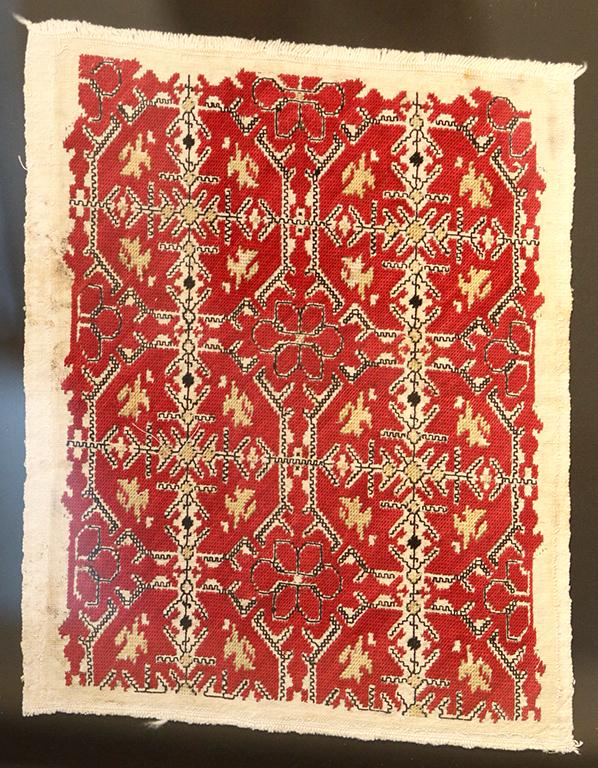 <p>Свиленицата е от село Гниляне. Везана е с памучни конци около 1915 година. Везбата е плътна и в нея разпознаваме розети, листа, птици, стъбла, вградени в ромбовидни елементи. Черните квадратчета наподобяват гердан от маниста. Бордюрът е от черни триъгълничета.</p>