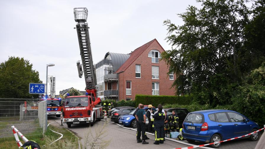 Малък самолет се вряза в жилищна сграда в Германия