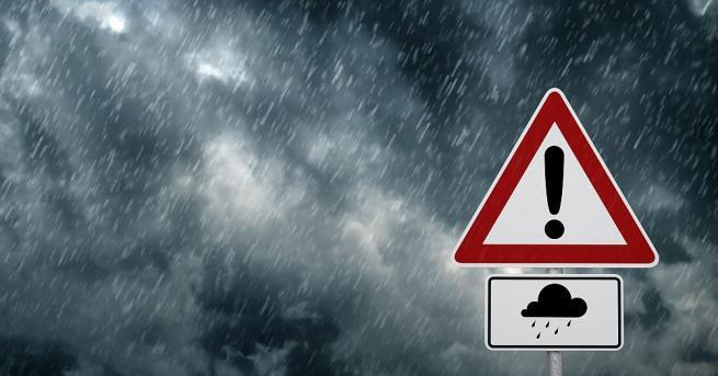 Силен дъжд, придружен с гръмотевици, започна да вали над София