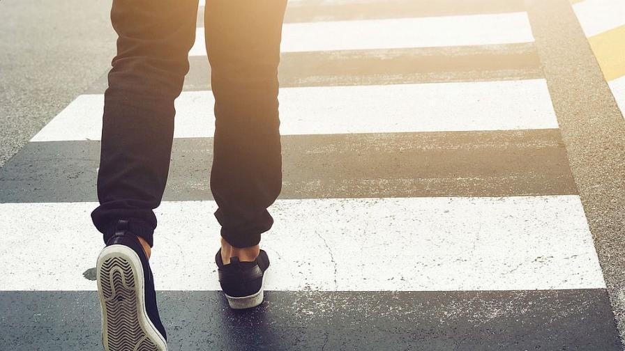 Шофьор блъсна мъж на пешеходна пътека и избяга