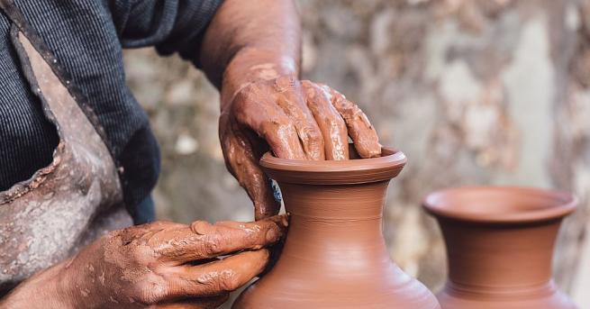 Майсторите-занаятчии в Хасково протестират срещу премахването на дървените павилиони, в