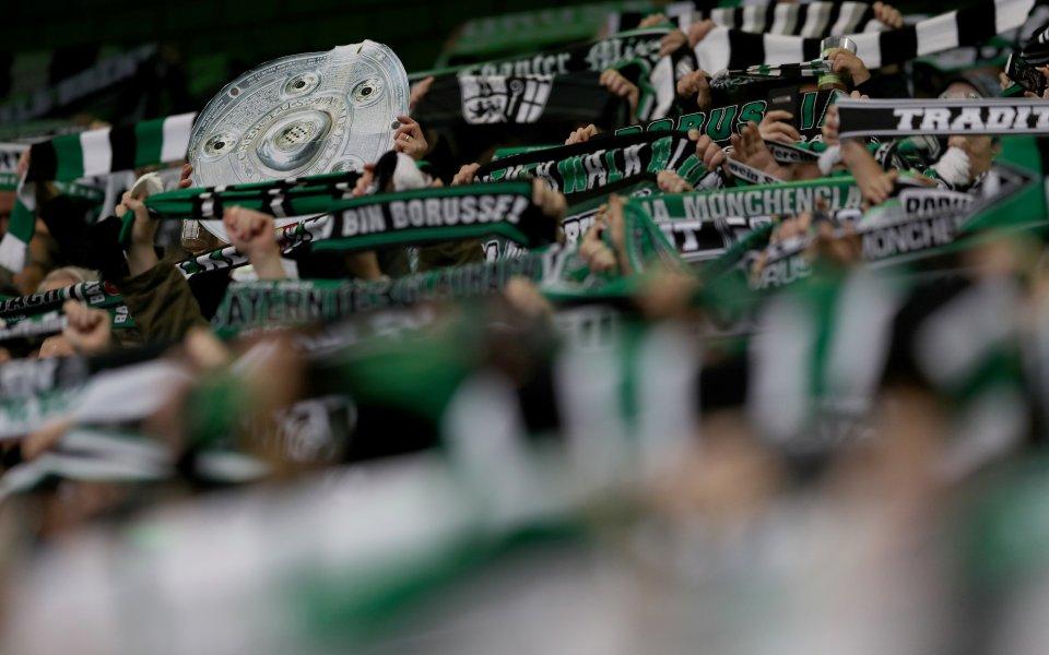 Омразата към големия враг дари футболен фен с награда