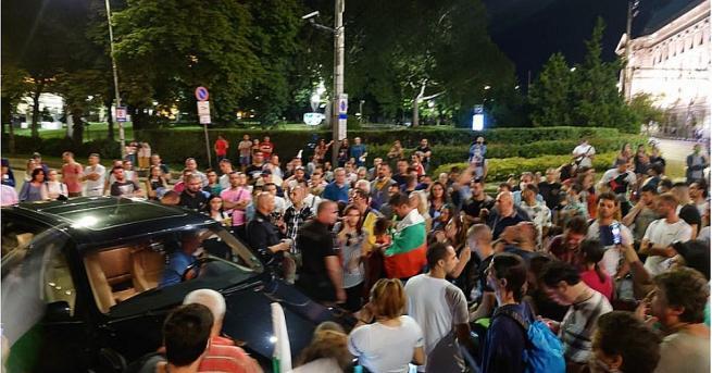 Блокираният от група протестиращи на кръстовището на Софийския университет вчера