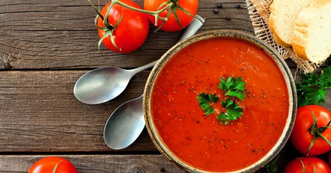 Любопитно Доматена супа с поширани яйца: Вкусна идея за обяд