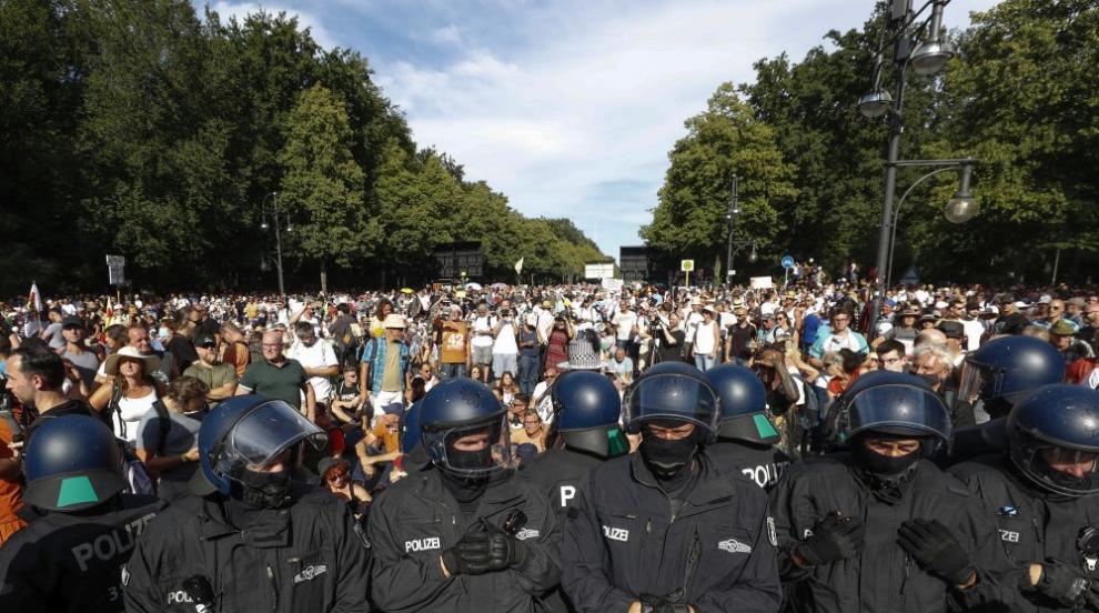 45 полицаи пострадаха в Берлин по време на протестите...