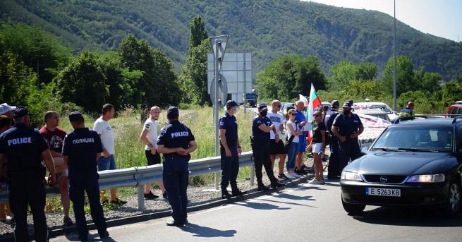 Протестиращи блокираха Е-79 при Кресна.  Протест на главен път