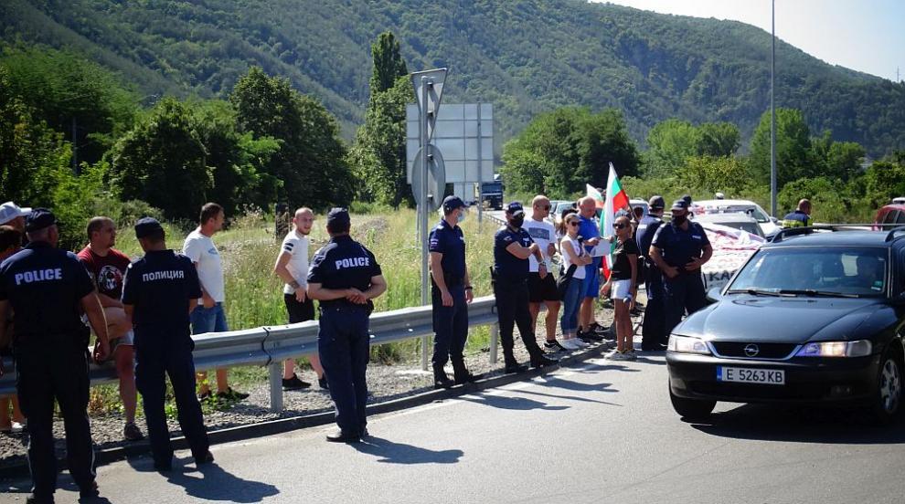 Протестиращи блокираха Е-79 при Кресна (СНИМКИ/ВИДЕО)