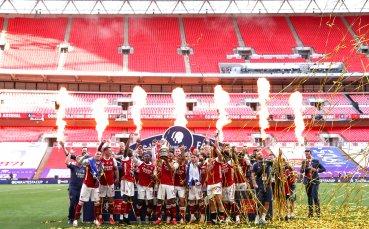 Арсенал жертва почти дузина играчи, за да събере бюджет