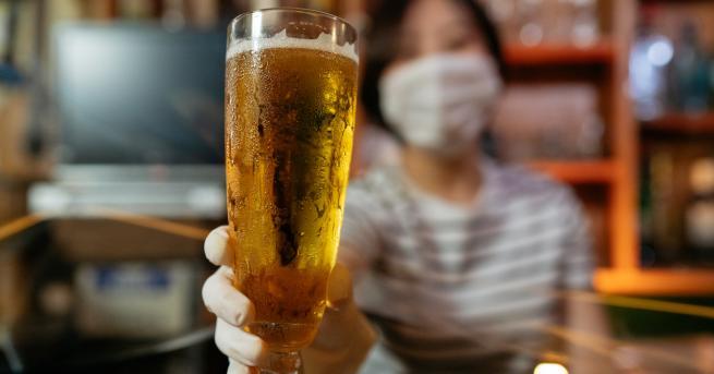 Хиляди любители на китайската бира оставиха своите маски и грижи