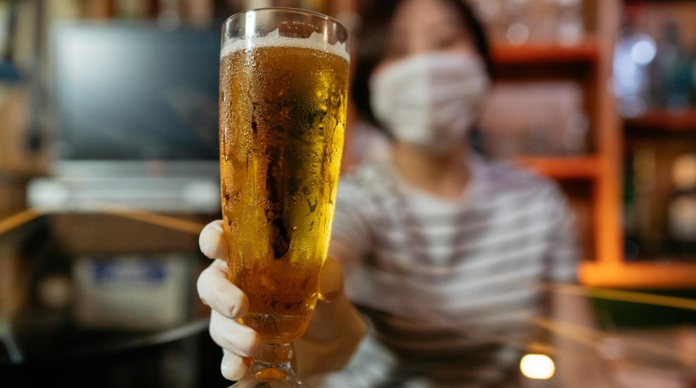 Заведения искат сервитьорите да не носят маски на...