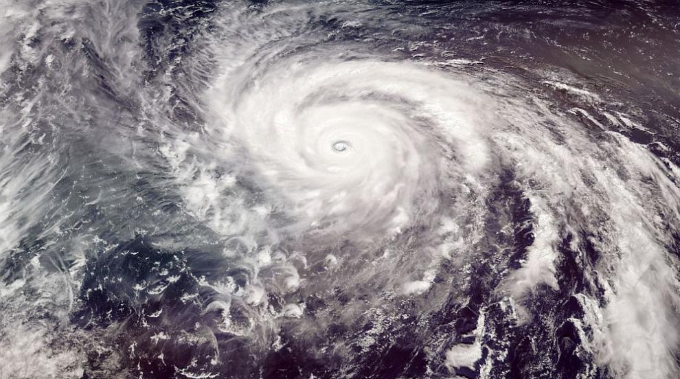 Тайфунът Бави повреди сгради и наводни пътища на...