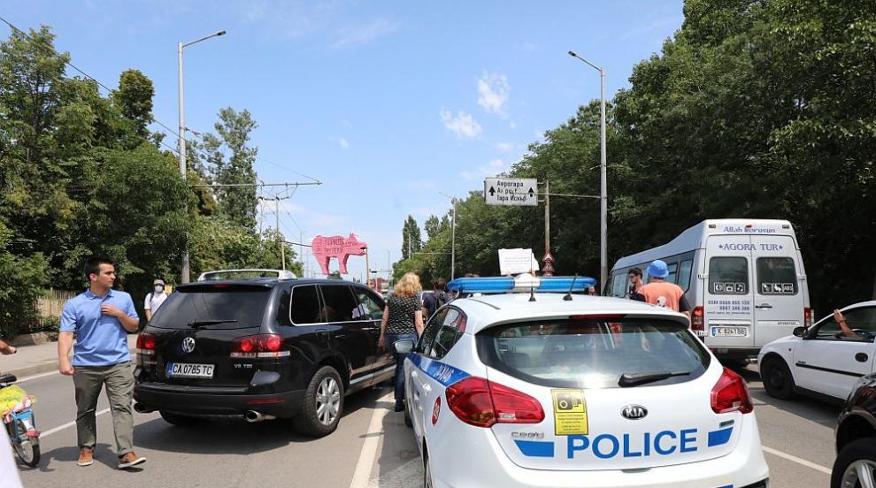 МВР: 50 протестиращи спряха за кратко транспорта...