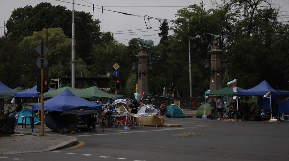 И трите палаткови лагера на възлови кръстовища в София остават (ВИДЕО)