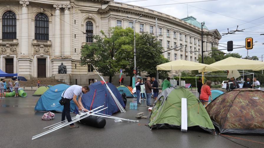 Протестиращите се укрепиха на Орлов мост, блокада и пред Ректората