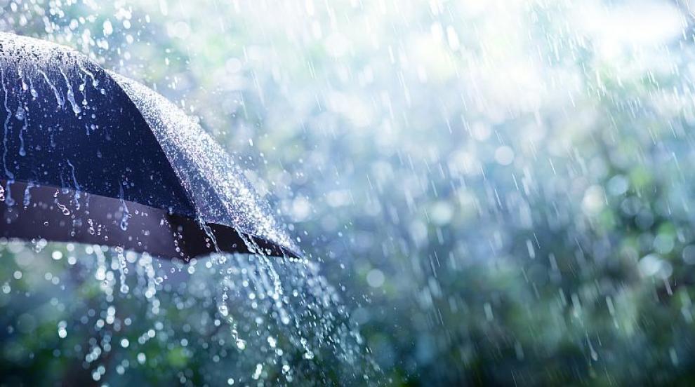 Мощна буря със силен вятър и градушка се изсипа над София