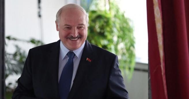 Настоящият беларуски президент Александър Лукашенко гласува на изборите за държавен