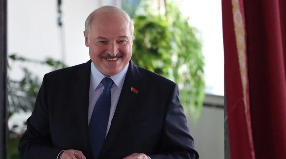 Лукашенко гласува за президент и плаши медиите с...
