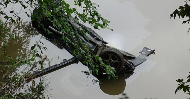 Катастрофирал и паднал в река Струма лек автомобил с немска