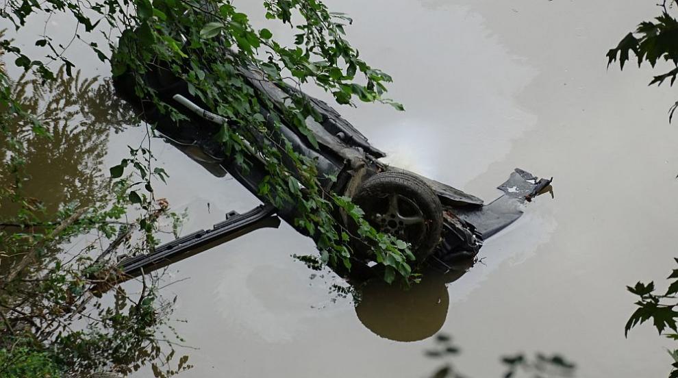"""Кола падна от 8 метра в река """"Струма"""" след удар в дърво, мъж загина (СНИМКИ)"""