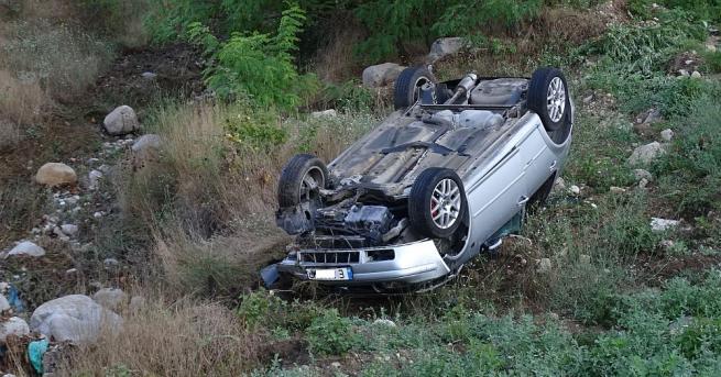 Двама души са ранени, след като автомобилът им излетя от