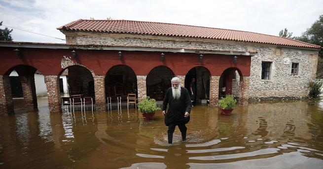 Най-малко 7 са загиналите в наводненията на гръцкия островЕвбея. Спасителните