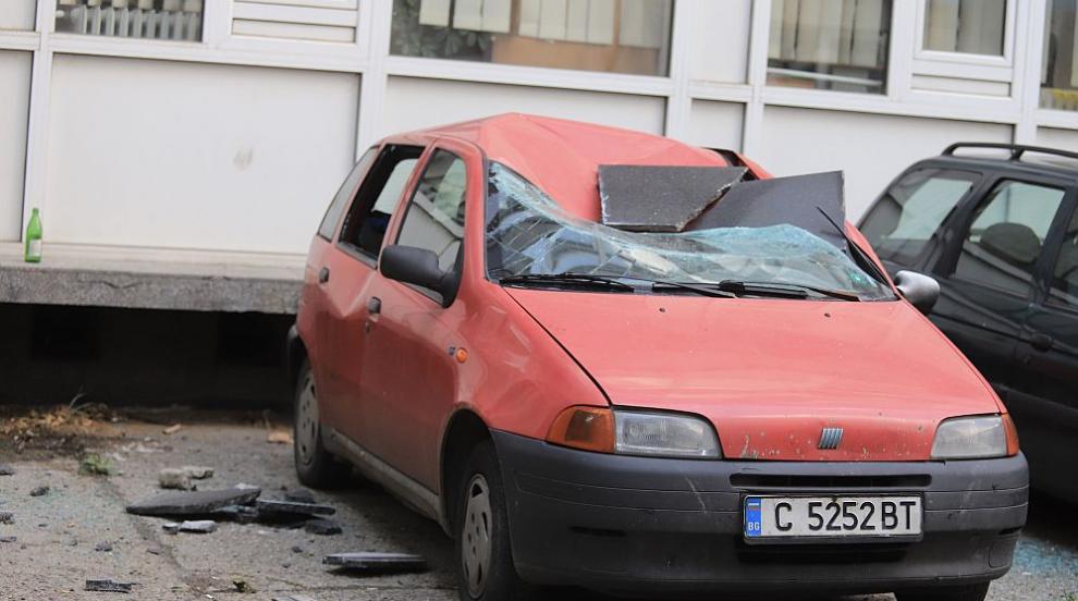 Плоча падна и смачка кола в София (СНИМКИ)