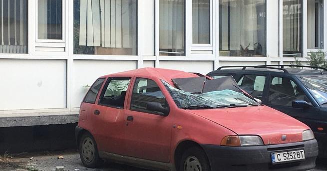 Фасадна плоча премаза автомобил в центъра на София. По чудо