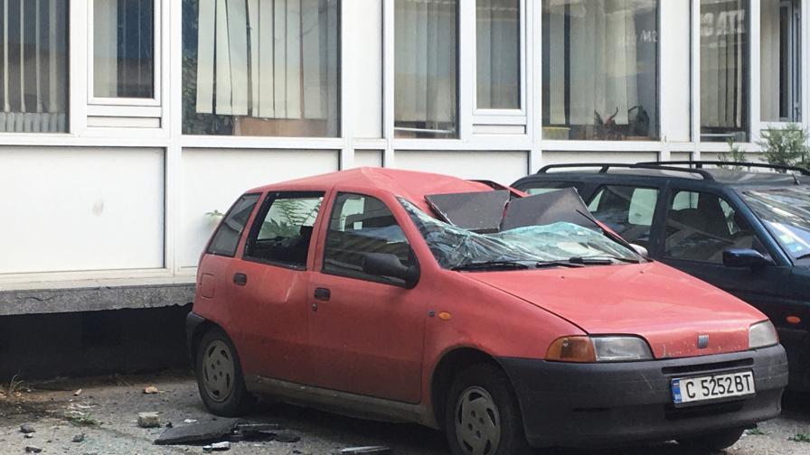 Плоча падна и смачка автомобил пред НАП в...