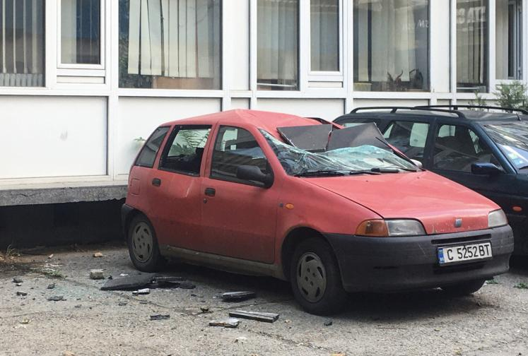 Плоча падна и смачка автомобил пред НАП в София