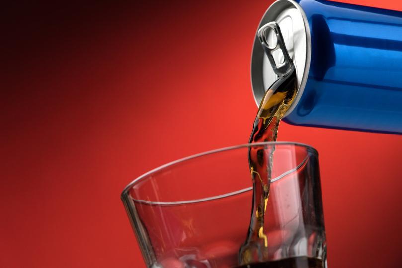 <p><strong>Енергийни и кофеинови напитки -</strong>Ясно е, че енергийните напитки съдържат немалко количество кофеин, но по-малко известен факт е, че също така в съдържанието си имат между 25 и 40 г захар в една кутийка.От своя страна популярните кофеинови напитки често съдържат бързи въглехидрати в комбинация с мазнини и допълнителни химикали.</p>