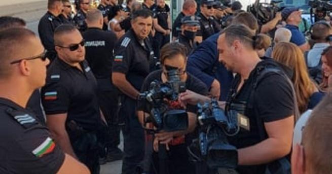 Агресия спрямо колега журналист демонстирраха протестиращите пред служебния вход на