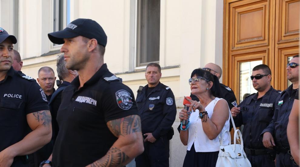 Протестиращи нападнаха журналистка пред парламента...
