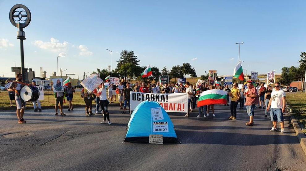 Протест блокира Дунав мост (ВИДЕО)